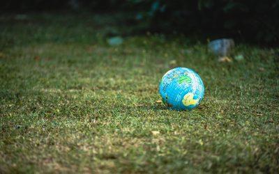 globe terrestre sur gazon